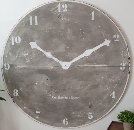 Horloge réalisée en contre plaqué, et patinée. Réalisée par Frédéric TABARY